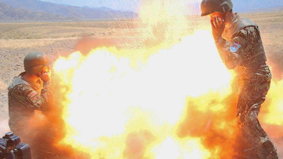 Der Moment der Explosion eines Mörsers, bei der fünf Menschen sterben