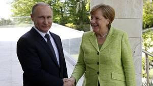 Angela Merkel mit Wladimir Putin in Sotschi