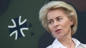Ursula von der Leyen mit dem Bundeswehr-Kreuz vor dunkelgrünem Grund