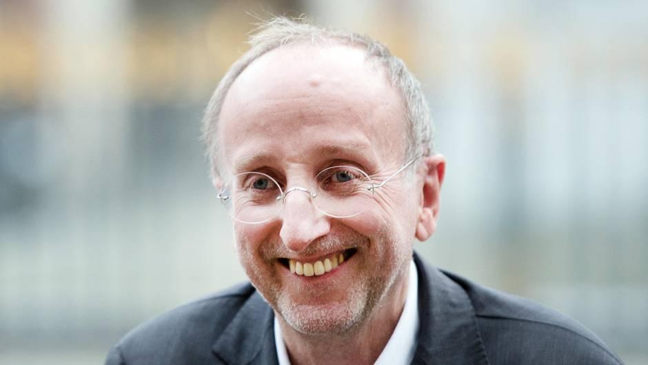 Intendant Wilfried Schulz vor dem Schauspielhaus in Düsseldorf