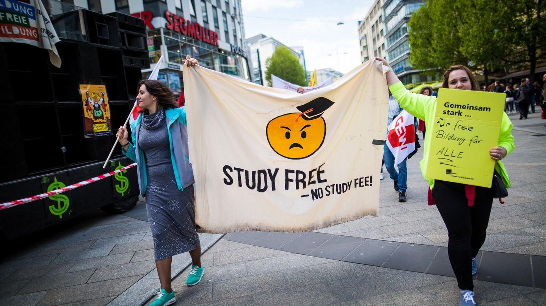 Demonstranten protestieren in der Stuttgarter Innenstadt gegen die Studiengebühren für Ausländer