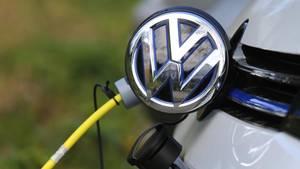 Ein Elektroauto von Volkswagen wird geladen