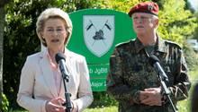 Verteidigungsministerin Ursula von der Leyen (l.) hat die Bundeswehr scharf kritisiert