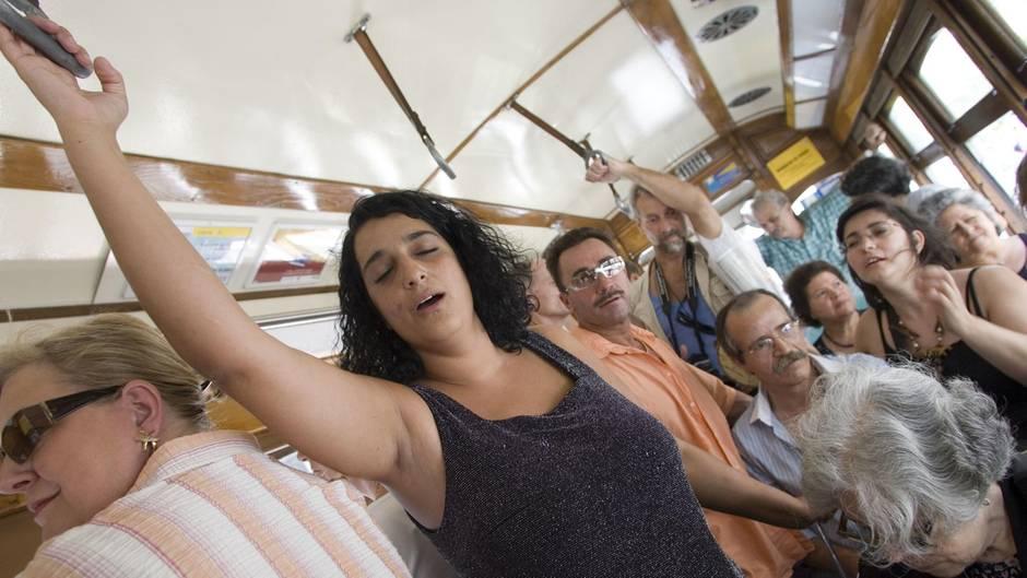Tücken des Alltags: Manche Menschen kostet es große Überwindung, sich an den Haltegriffen in öffentlichen Verkehrsmitteln festzuhalten