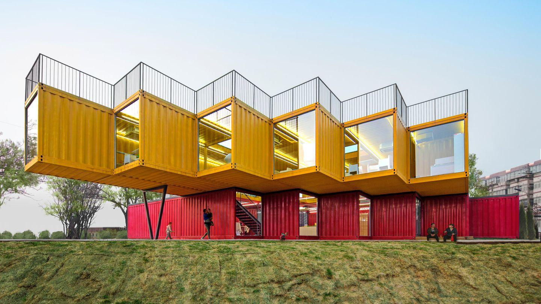 Dieses architektonische Meisterwerk kann in China bewundert werden. Hier wird die stabile Konstruktion der Container einmal für ein luftiges Ensemble ausgenutzt.  People's Architecture Office