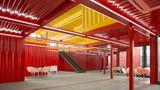 Die selbsttragenden Container benötigen lediglich ein Korsett aus Stahlträgern und schon kann man auch größere Hallen mit ihnen errichten.