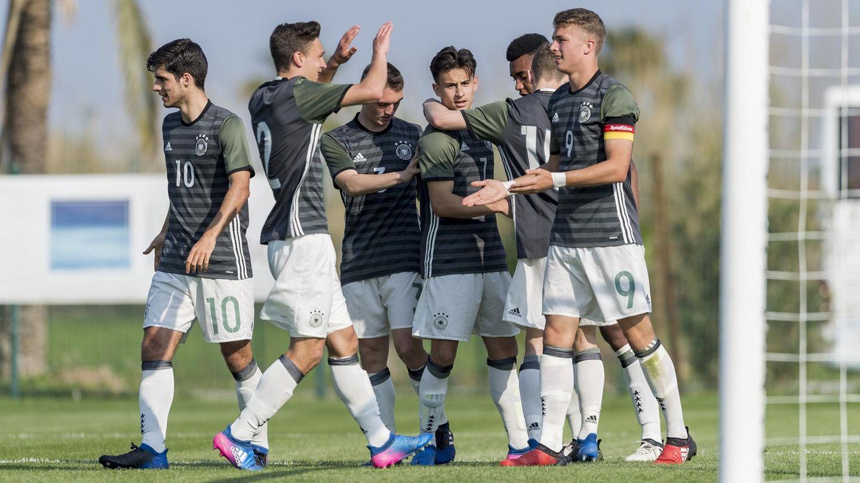 Die deutsche U17-Nationalmannschaft um Jann-Fiete Arp (r.) jubelt