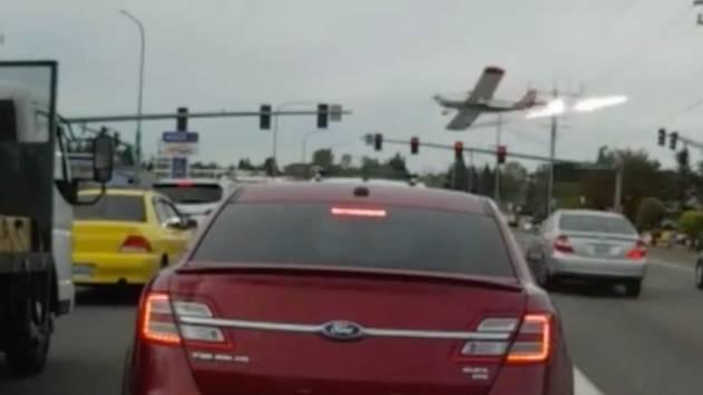 Unfassbare Aufnahmen: Flugzeug streift bei Bruchlandung Autos auf mehrspuriger Straße