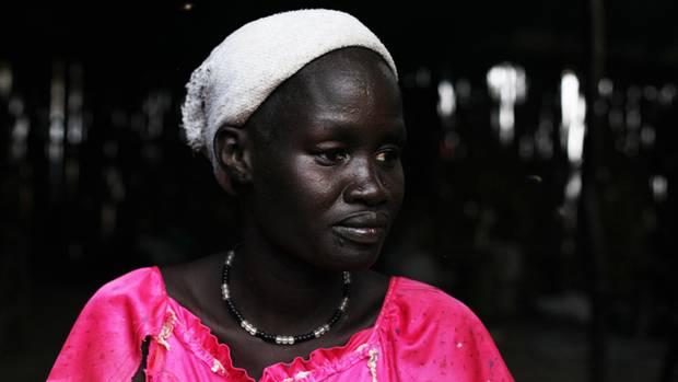 Nyatuak und ihre vier Kinder entkamen den brandschatzenden Soldaten. Ihr Mann wurde erschossen.