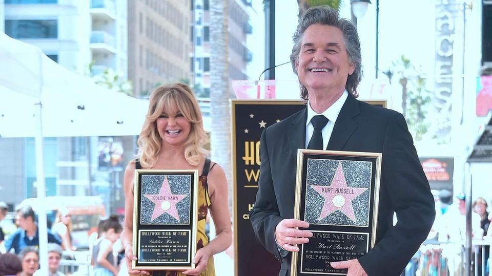"""Kurt Russell und Goldie Hawn posieren vor ihren Sternen auf dem """"Walk of Fame"""""""