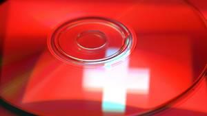 Die Schweizer Fahne spiegelt sich auf einem CD-Rohling