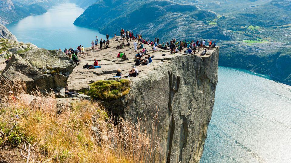Besucher auf dem Preikestolen in Norwegen