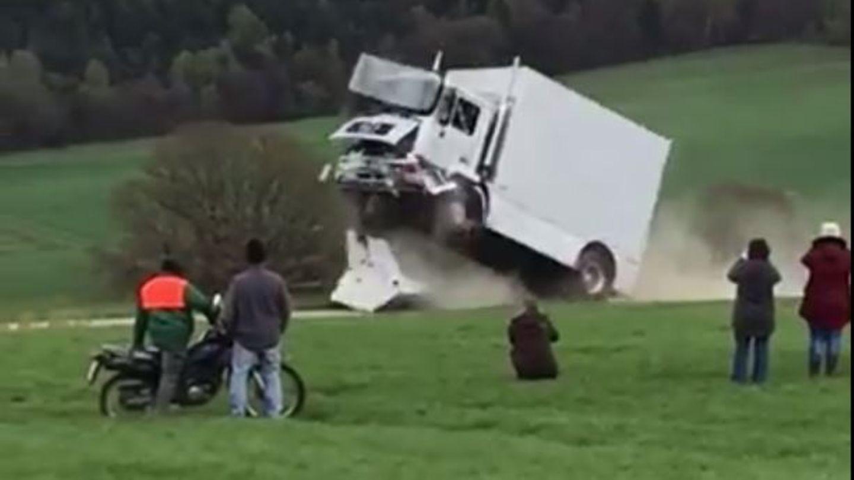 Amateuraufnahmen zeigen, wie der Lkw auf die Anti-Terror-Sperre prallt