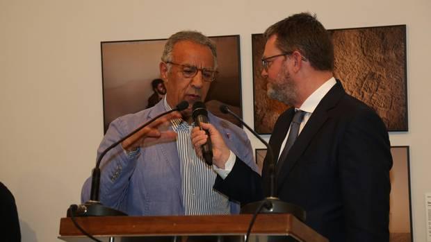 Burhan Ozbilici im Gespräch mit Christian Krug bei der Ausstellungseröffnung.