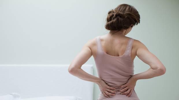 Chronische Rückenschmerzen sind zermürbend - was hilft?