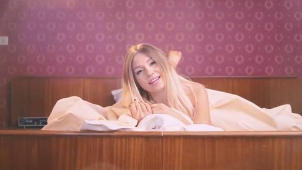 Splitternackt räkelt sich Youtuberin Bibi im Bett und singt über ihr Leben