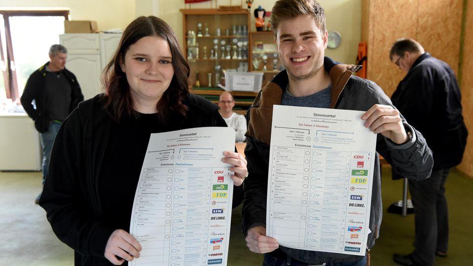 Jungwähler bei Stimmabgabe in Schleswig-Holstein