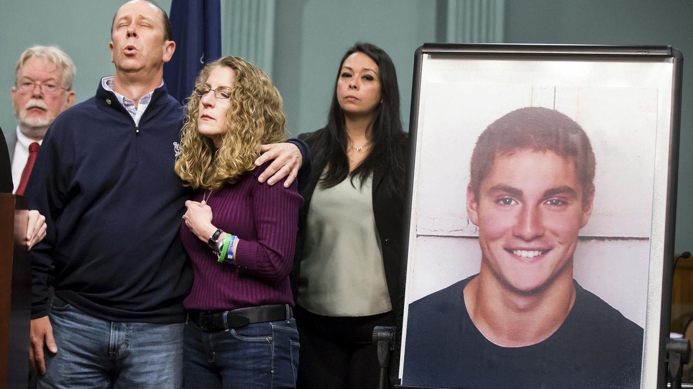 Jim und Evelyn Piazza neben dem Foto ihres gestorbenen Sohnes.