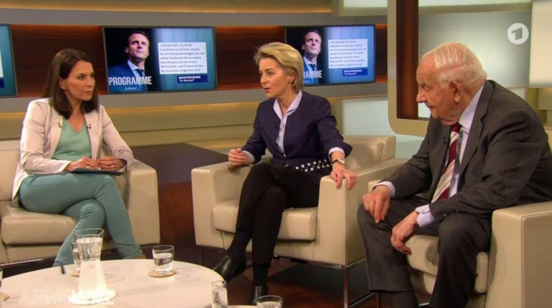 """Anne Will, Verteidigungsministerin Ursula von der Leyen und Publizist Alfred Grosser sitzen in der Talksendung """"Anne Will""""."""