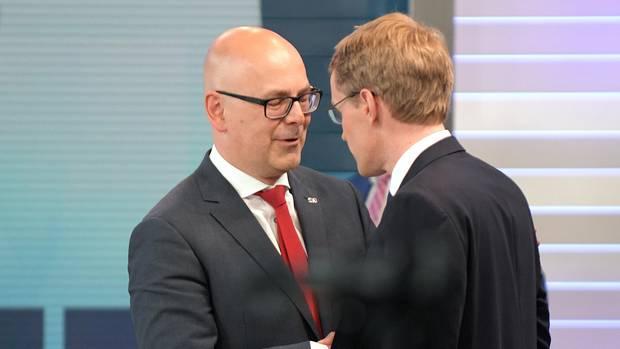 Ex-Ministerpräsident Torsten Albig von der SPD gratuliert Daniel Günther zum CDU-Wahlsieg in Schleswig-Holstein