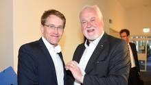 Der frühere Ministerpräsident Peter Harry Carstensen (r.) mit seinem möglichen Nachfolger Daniel Günther am Wahlabend