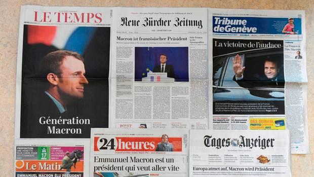 Sechs schweizer Zeitungen liegen nebeneinander. Auf allen ist der Wahlsieg von Emmanuel Macron das Titelthema