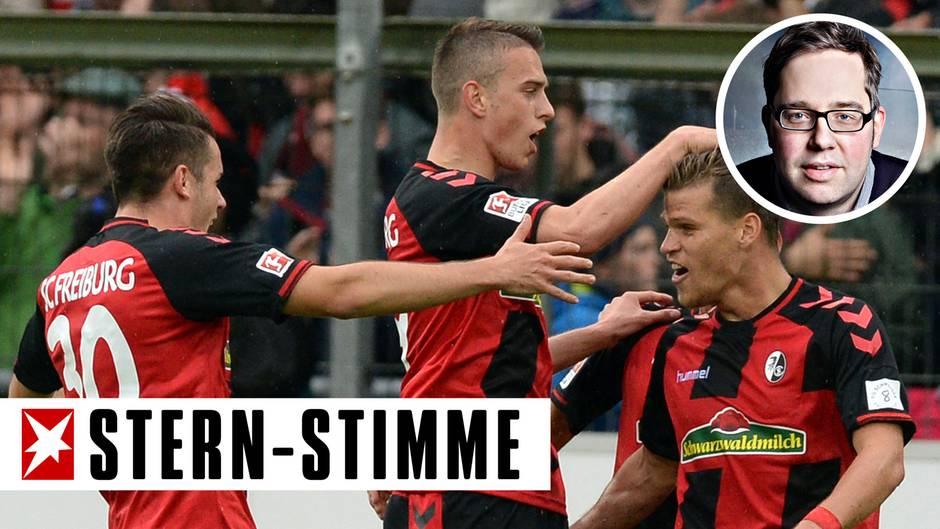 Drei Spieler des SC Freiburg jubeln über ein Tor von Florian Niederlechner gegen den FC Schalke 04