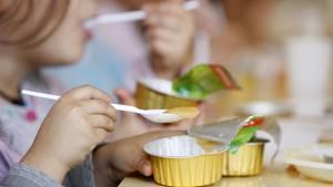 Schüler essen in einer Schulkantine