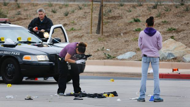 Auf dem Parkplatz der Torrey Pines High School in San Diego, US-Bundesstaat Kalifornien, sichern Polizisten Spuren, nachdem ein 15-Jähriger dort erschossen wurde