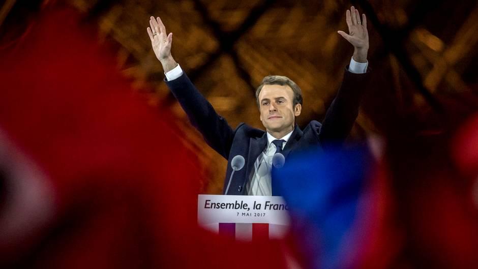 Emmanuel Macron, der neugewählte Präsident Frankreichs, jubelt in Paris seinen Anhängern zu