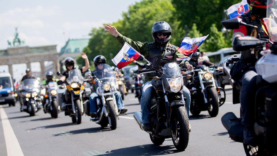 """Mitglieder des russischen Motorradclubs """"Nachtwölfe"""" fahren am 9. Mai 2016 durch Berlin"""