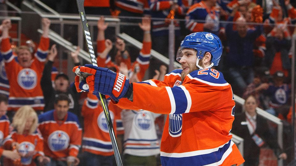 Eishockeyspieler Leon Draisaitl bejubelt seinen Treffer für die Edmonton Oilers