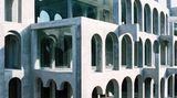 Ganz aus der Zeit gefallen scheint das 1969 vollendete Labyrinth Home des katalanischen Bildhauers Xavier Corberó, dessen Werke sichtbar vonM. C. Escher beeinflusst sind.