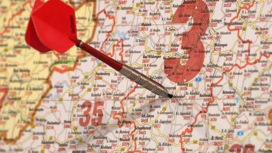 Der Pfeilwurf auf die Deutschlandkarte hat entschieden: Eine Zielperson der Kette wird in Frielendorf gesucht.