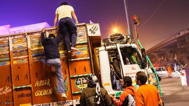 Hat hier jemand eine Kuh versteckt? Fünf Mitglieder einer hinduistischen Bürgerwehr überprüfen Lastwagen im Norden Neu-Delhis.