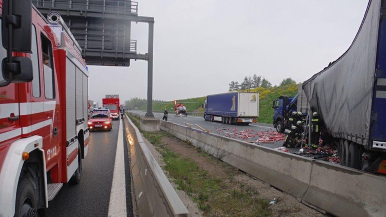 Unfall auf der A6 bei Schwabach - ein Lkw hat seine Ladung Getränkedosen verloren