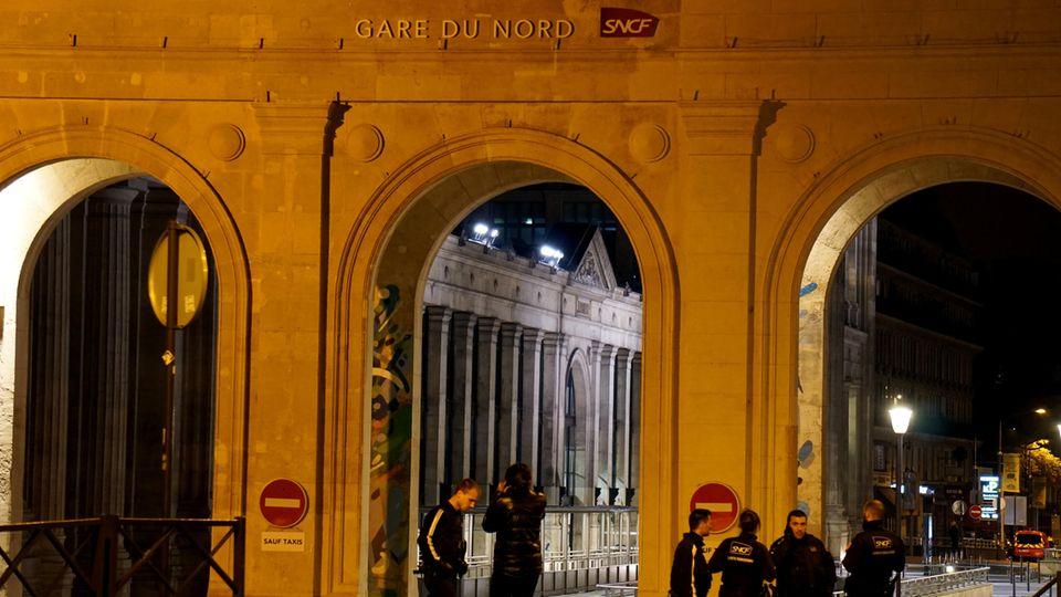 Polizisten stehen am Nordbahnhof in Paris