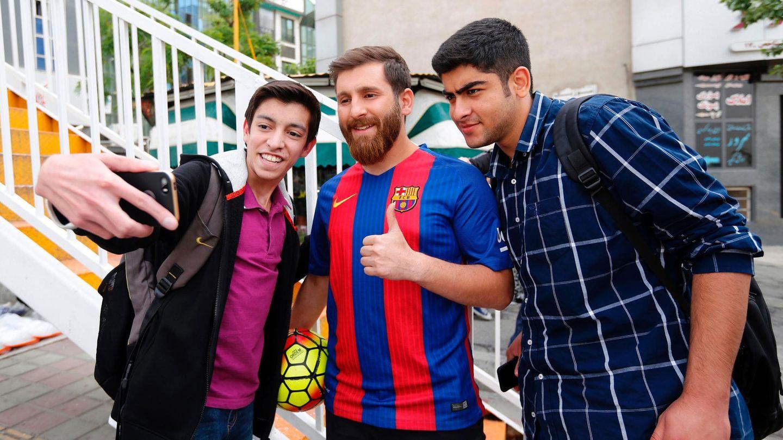 Messi-Double Reza Parastesh posiert gemeinsam mit Fans für ein Selfie