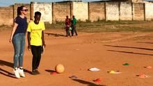 Kebekus beim Projekt Grassroots Soccer in Sambia.