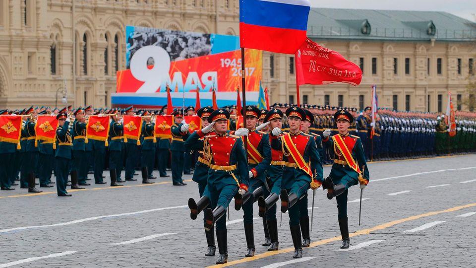 Um Punkt zehn Uhr Ortszeit beginnt die große Militärparade in Moskau. Fahnenträger marschieren im Stechschritt über den Roten Platz. Neben der russischen Flagge tragen sie auch eine sowjetische Divisionsfahne. Vor 72 Jahren hissten zwei Soldaten der Roten Armee eine solche Fahne über dem deutschen Reichstag. Seitdem gilt sie als Symbol des Sieges.