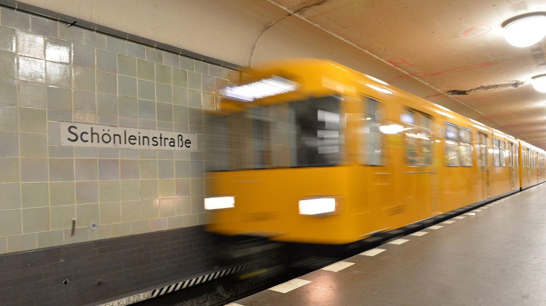 Eine typische Berliner U-Bahn fährt am Bahnhof Schönleinstraße ein