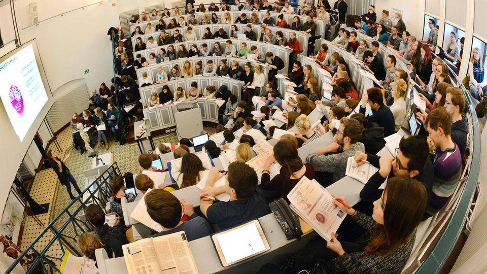 Studenten bei einer Anatomievorlesung im Hörsaal