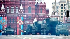 Atomare Waffen fehlen auch nicht. Die ballistische Interkontinentalrakete RS 24 Jars gehört zu den gefährlichsten Waffen im Besitz der russischen Streitkräfte. Was aber bei der diesjährigen Parade fehlt, sind Flugzeuge. Das Wetter ist schlecht, die Flugschau musste abgesagt werden.