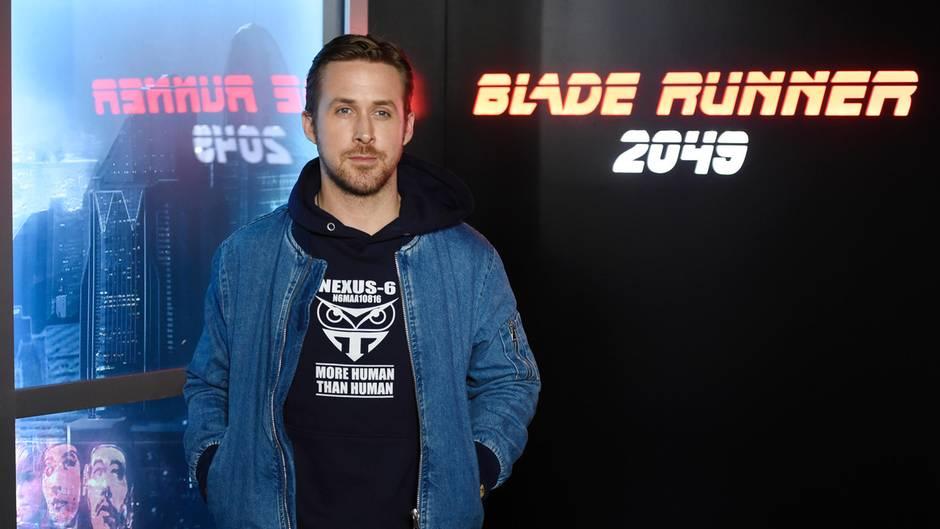 """Ryan Gosling posiertvor einem Plakat von """"Blade Runner 2049"""""""