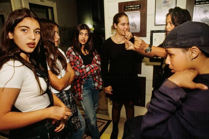 """Kim Kardashian, 12, und ihre Schwester Kourtney (dritte von links), 13, bei einem Schulball in Bel-Air, Los Angeles, 1992. """"Keeping Up with the Kardashians"""" ging 2007 auf Sendung. Im Jahr 2016 gehörte die Familie laut Forbes zu den höchstbezahlten Reality TV-Stars, mit einem Gesamtverdienst in diesem Jahr von 122,5 Millionen US-Dollar."""