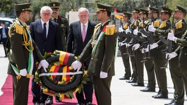 Frank-Walter Steinmeier legt am Grab von Jassir Arafat einen Kranz nieder