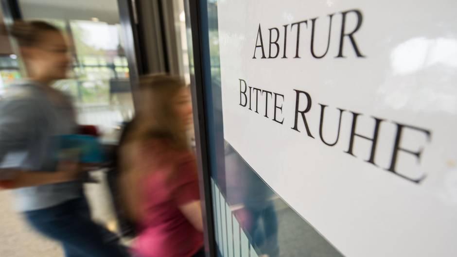 """Ein Zettel, der an einer Eingangstür klebt, mit dem Aufdruck """"Abitur bitte Ruhe"""""""