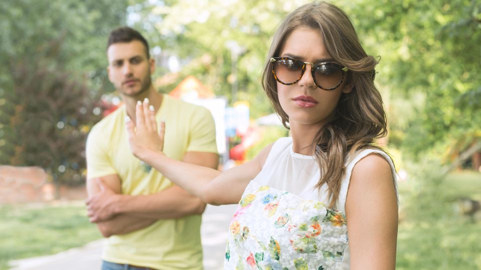 Frau wendet sich von Mann ab