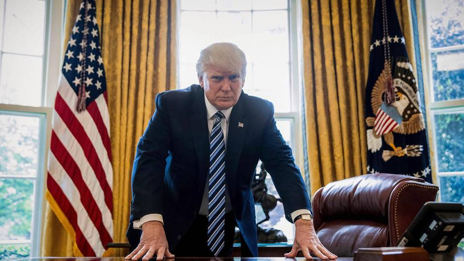 Donald Trump steht im Oval Office