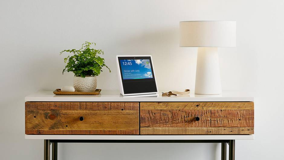 Der Bildschirm-Echo Amazon Echo Show steht auf einem Tisch